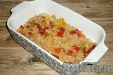 Очищенный лук нарезать кубиками. Болгарский перец, очищенный от семян, нарезать полосочками. Лук и перец обжарить на растительном масле, помешивая, минут 5, затем добавить по вкусу соль. Обжаренные овощи переложить в жаропрочную форму.