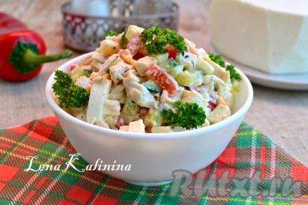Аппетитный и очень вкусный салат с брынзой и курицей выложить в салатник, украсить зеленью и подать к столу.