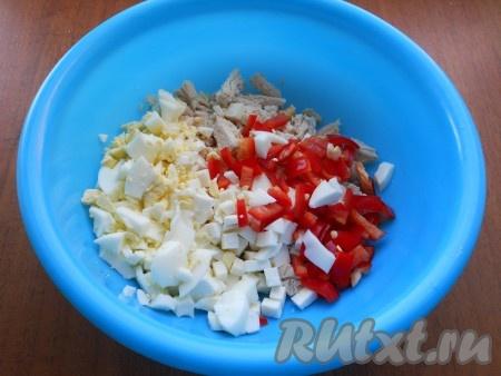 В салат к курице и брынзе добавить нарезанный кубиками, очищенный от семян, сладкий болгарский перец и предварительно отваренные, остуженные, очищенные и нарезанные кубиками яйца.