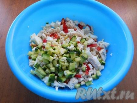 Огурец свежий также нарезать небольшими кубиками, добавить в салат вместе с измельченным чесноком.