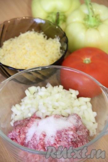 Лук почистить и мелко нарезать. Добавить в фарш измельченный лук, соль и специи. Я добавила щепотку белого молотого перца.