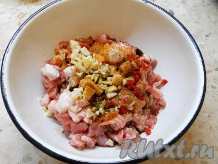 Добавить перец чили к мясу. Также добавить измельченный чеснок, влить соевый соус. Если нужно, досолить.