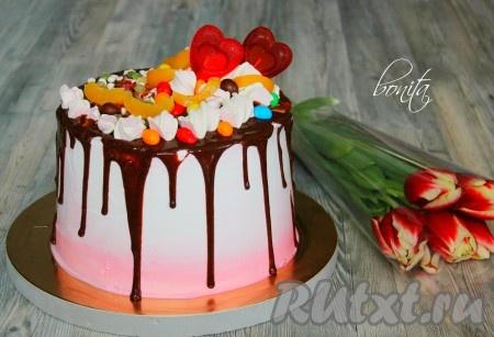 Далее украшаем торт по своему желанию: фруктами, сладостями или шоколадными потеками. Благодаря выравниванию кремом торт получается изумительно красивым.