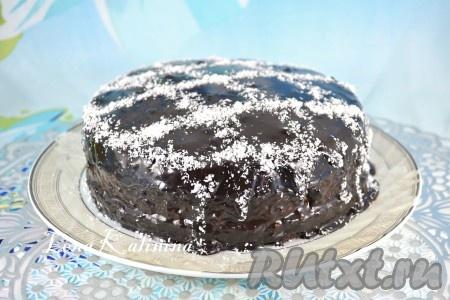 """Приготовить шоколадную глазурь: смешать какао-порошок с сахаром, влить молоко, перемешать. Довести на небольшом огне смесь до кипения, периодически помешивая. Добавить сливочное масло и кипятить глазурь на маленьком огне 3-4 минуты. Далее глазурь остудить до комнатной температуры и залить ею торт """"Баунти"""" полностью, разравнивая верх и бока лопаткой. Отправить торт в холодильник на 40-50 минут, посыпать сверху немного кокосовой стружкой и снова поместить тортик в холодильник не менее, чем на 6-8 часов."""