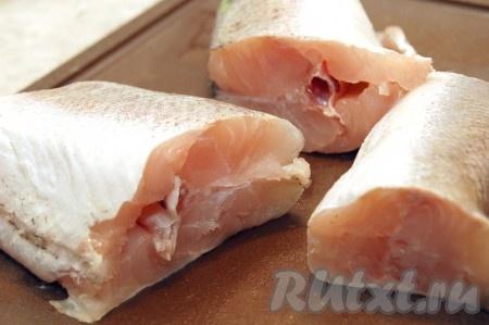 Приготовить свежую рыбу (у меня - хек), нарезать ее на кусочки.