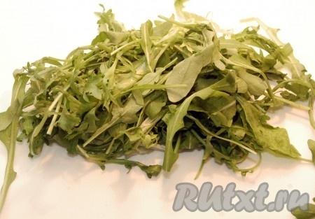 Вымыть салатные листья, просушить их.