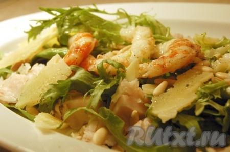 Выложить на блюдо листья салата, вокруг разложить кусочки рыбы, сверху креветки, полить все заправкой. Разбросать ломтики сыра и слегка поджаренные кедровые орешки. Наш яркий, аппетитный, полезный салат из креветок и рыбы готов!