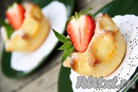 Вот такие аппетитные, красивые, вкусные и ароматные пирожки с творогом и яблоками получились.