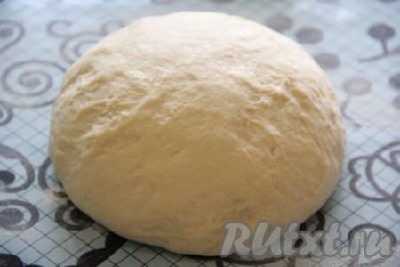 Готовое тесто выложить на силиконовый коврик или на присыпанный мукой стол и хорошо обмять.
