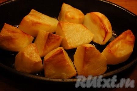 Отдельно можно запечь картофель. Для этого в форму для запекания налить растительно масла, поместить крупно нарезанный картофель, посолить, поперчить  и отправить в духовку до готовности картофеля).