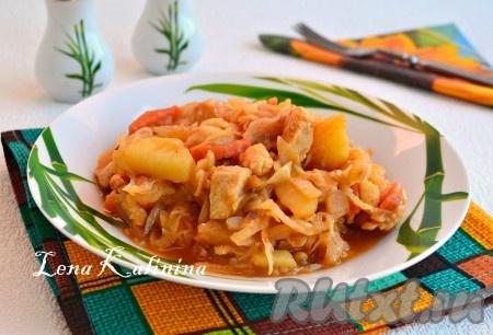 Когда вкуснейшее блюдо - тушеная капуста с картошкой и курицей - будет готово, лавровый лист нужно выбросить. Подать в теплом виде к столу.