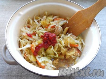 Все перемешать и обжаривать далее 3-5 минут, пока капуста немного обмякнет. После этого содержимое сковороды переложить в кастрюлю, влить бульон и добавить томатную пасту, поперчить.