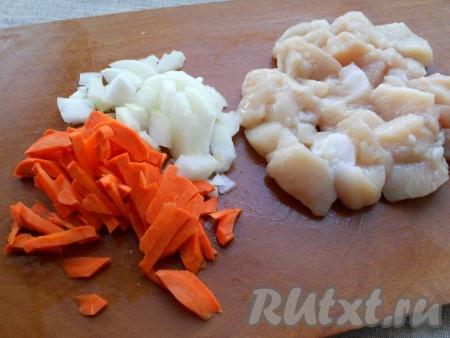 Куриное мясо нарезать кубиками или кусочками, лук и морковь также нарезать.