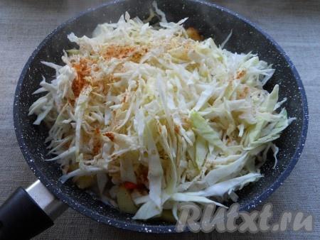 Затем добавить в сковороду капусту, посолить, поперчить, посыпать специями.