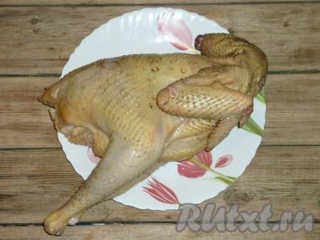 Курицу хорошо промыть под проточной водой. Разделить на кусочки.