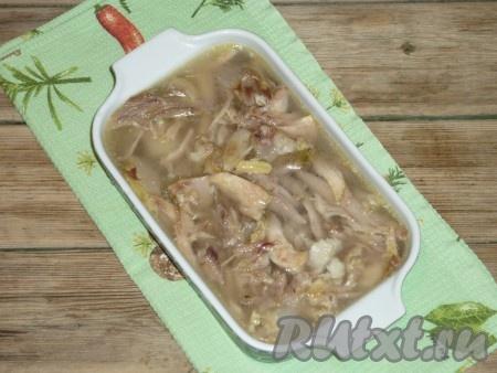 Дать холодцуиз свиных ножек и курицы остыть при комнатной температуре, убрать в холодильник до полного застывания.