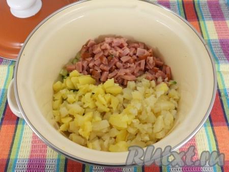 Также нарезать ветчину и очищенный картофель, отправить к яйцам и огурцам.