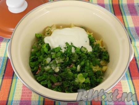 Добавить измельченную зелень лука, петрушки и укропа, майонез.