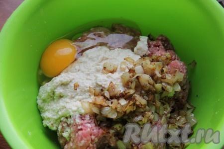 Лук мелко нарезать и обжарить на разогретом растительном масле, помешивая, до золотистого цвета. К смеси фарша и булочки добавить яйцо, обжаренный лук, соль, перец, мускатный орех.