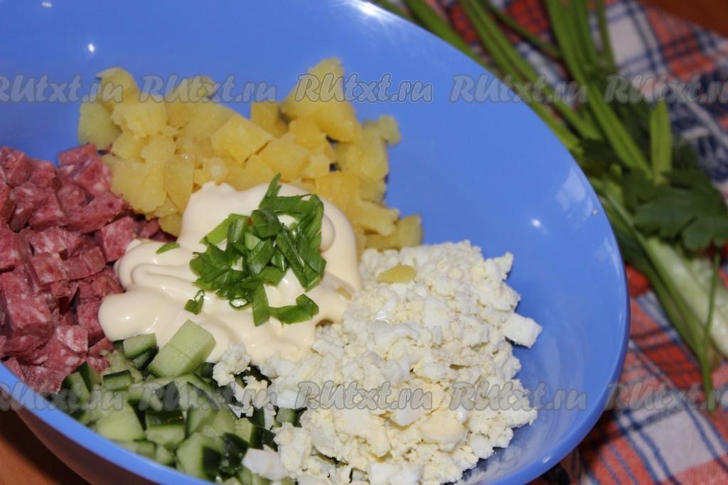 Салат с колбасой копченой и огурцами свежими