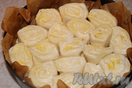 Уложим булочки из французского теста в форму. Достаточно плотно, чтобы булочки соприкасались друг с другом.