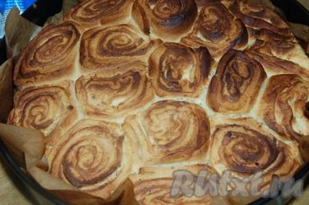 Достаем из духовки булочки из французского теста.