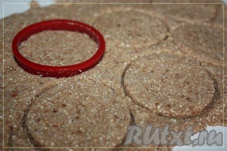 Тесто раскатать и с помощью формочек вырезать печенье. Чем тоньше раскатаете, тем больше они будут похожи на хрустящие хлебцы.