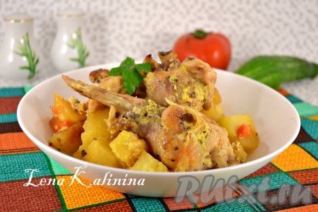 Поместить рукав с кроликом и картошкой на противень и отправить в разогретую до 180-190 градусов духовку на 50-60 минут. Готовое невероятно вкусное блюдо подать к столу в горячем виде.