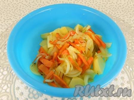 Обжаренные овощи добавить к картофелю, посолить и перемешать.