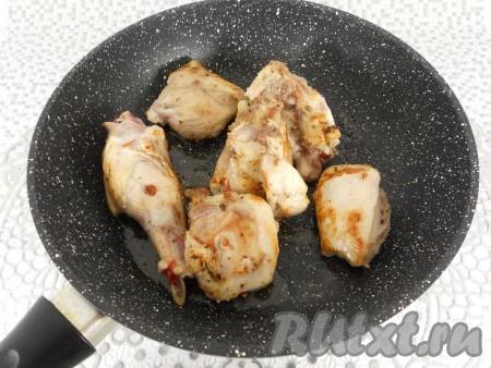 Обжарить кролика со всех сторон на разогретой с 2 столовыми ложками растительного масла сковороде на среднем огне до румяной корочки. Мясо убрать со сковороды.