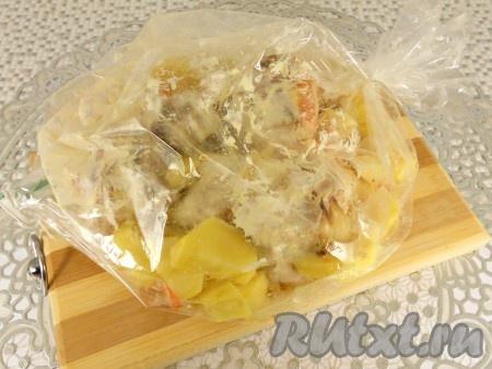 Картошку поместить в пакет (рукав) для запекания вместе с кроликом и соусом, в котором он мариновался. Края пакета зафиксировать (завязать). Сделать несколько проколов сверху пакета.