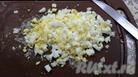 Яйца мелко нарезать, добавить 1 столовую ложку майонеза, поперчить и тщательно перемешать.