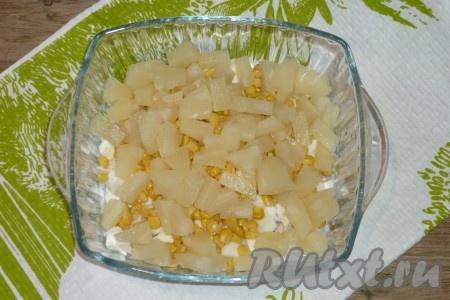 Кольца ананаса нарезать средними кусочками и тоже добавить в салат.