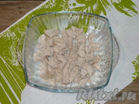 Куриное филе, сваренное в подсоленной воде до готовности, остудить и нарезать средними кубиками.