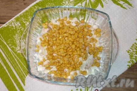Консервированную кукурузу без жидкости) добавить в салат к яйцам и курице.