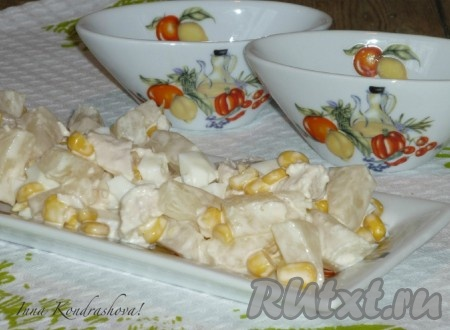 Очень вкусный салат из курицы с ананасами и кукурузой охладить и подавать на стол.