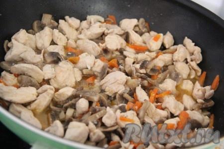 Тушить грибы с куриным филе, периодически помешивая, в течение 10-15 минут.