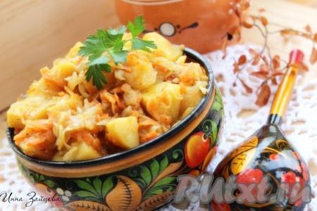 Вкусная картошка, тушеная с капустой в мультиварке, готова. Подавать к столу в горячем виде. А отличным дополнением к этому блюду могут послужить домашние соления (например, огурчики или помидорчики).