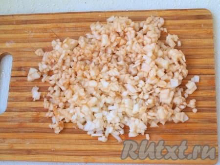 Для приготовления тыквенного пюре нужно тыкву очистить от кожуры и семян, нарезать кубиками, запечь до мягкости (в течение минут 6-7) на максимальной мощности в микроволновке (или в разогретой духовке при температуре 180 градусов в течение 20-25 минут). Продолжительность запекания зависит от величины нарезки и сорта тыквы. Мягкие кусочки запечённой тыквы измельчить с помощью блендера до получения однородного пюре, дать остыть. Для приготовления блинчиков понадобится 5 столовых ложек тыквенного пюре. Очищенные яблоки нарезать на мелкие кубики.