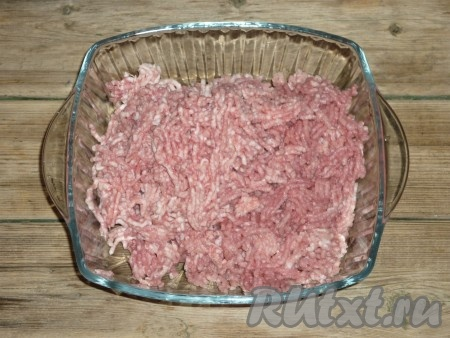 Мясо свинины перемолоть на мясорубке вместе с салом,