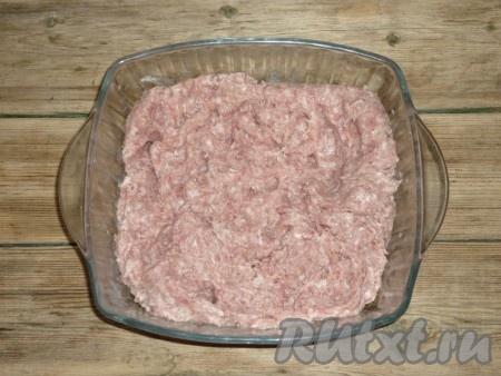 Посолить и поперчить по вкусу. Хорошо перемешать полученный мясной фарш.