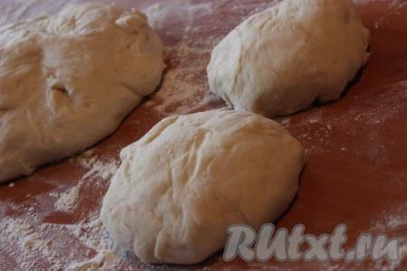 Готовое тесто выложить на рабочую поверхность, припыленную мукой, и разделить на несколько частей желаемого размера. А можно приготовить одну большую пиццу.