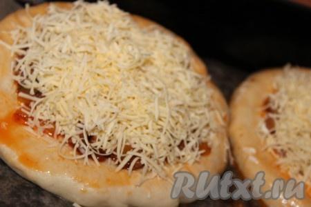 Посыпать пиццу с фаршем натертым на мелкой терке сыром. Края пиццы по желанию смазать томатной пастой или кетчупом.