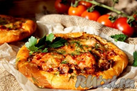 Выпекать в предварительно разогретой до 200 градусов духовке около 15-20 минут до красивого золотистого цвета. Готовую пиццу слегка остудить, затем снять с противня. По желанию при подаче посыпать мелко рубленной зеленью. Пицца с фаршем, приготовленная по этому рецепту, получается ароматной, сытной и невероятно вкусной.