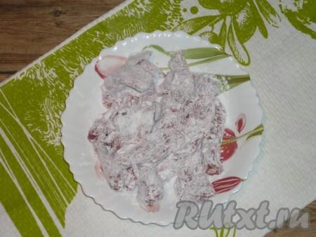 Мясо слегка посолить помните, что в дальнейшем будет добавляться соевый соус, а он достаточно солёный), поперчить и обвалять в крахмале.