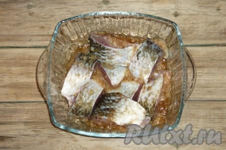 Хорошо перемешать, чтобы лук и соевый соус покрыли все кусочки карасей, накрыть крышкой и поставить на один час в холодильник.