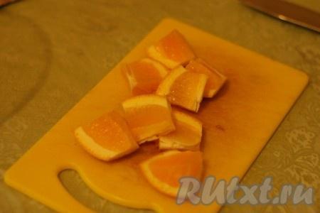Апельсин разрезать пополам, а потом еще на несколько частей каждую половинку.