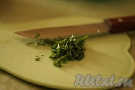 Тем временем, начинаем готовить соус. Петрушку мелко покрошить.