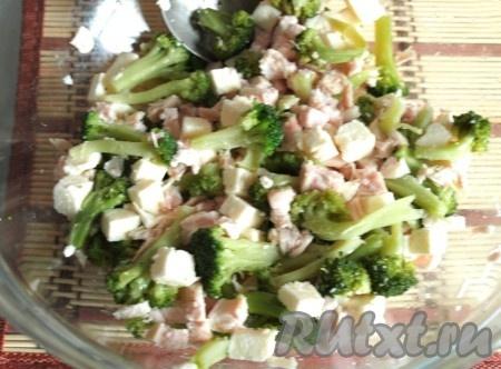 Сваренную брокколи разделить на мелкие соцветия, выложить в миску, добавить нарезанную брынзу и куриное филе.