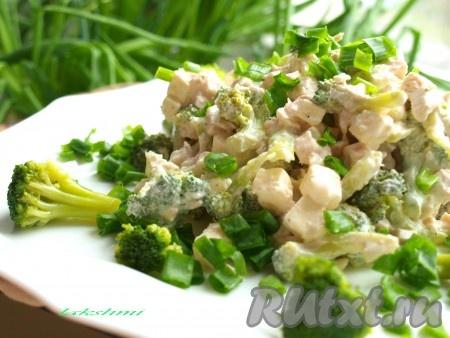 Вкуснейший салат с курицей, брынзой и брокколи подать к столу, посыпав сверху нарезанным зелёным луком.
